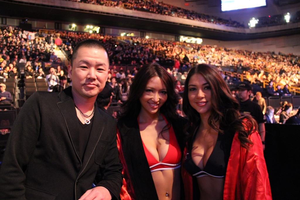 UFC144JAPAN写真3 ラウンドガール西垣梓さんとアリアニーセレステ、ダンテ・カーヴァー